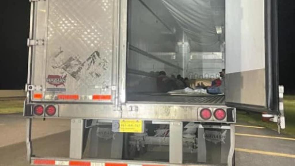 La Patrulla Fronteriza descubre y arresta a más de una docena de inmigrantes dentro de un tráiler | Nacional by Memphis Noticias