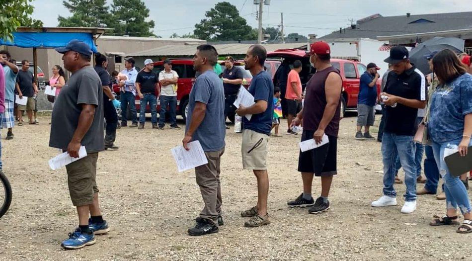 Personas haciendo fila para recibir la vacuna contra COVID-19 en evento en La Pulga Internacional de Memphis