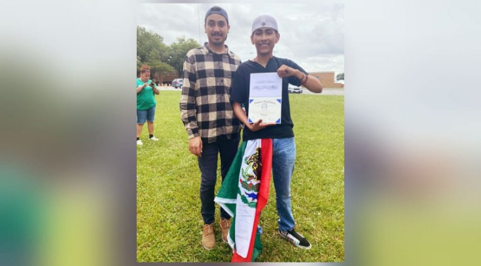 Joven recibe su diploma